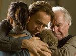 [映画「ノウイング」後半の一場面。主人公は家族と抱き合い世界の終末を、死を受け入れる]